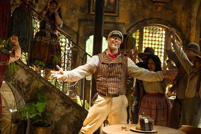 Dwayne Johnson protagoniza el film y es el productor de una serie documental que cuenta el detrás de escena de los juegos de Disneylandia