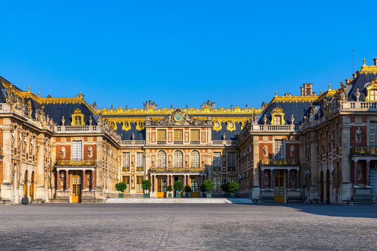 La entrada principal al Palacio de Versalles