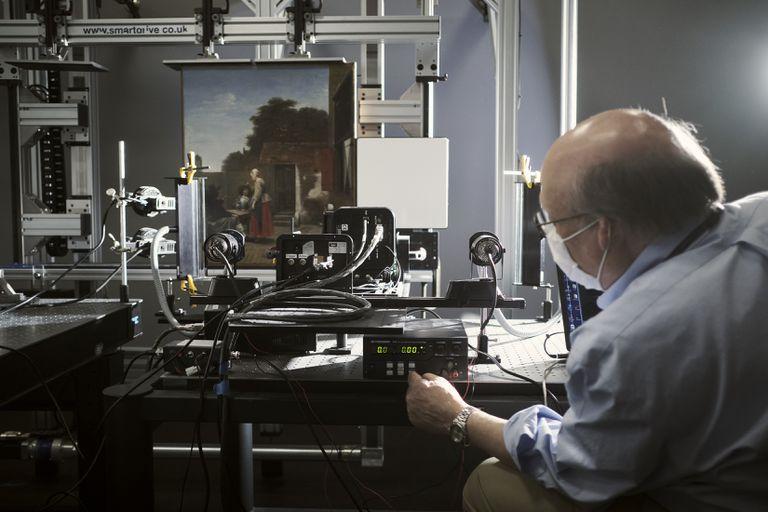 El experto John Delaney prepara una cámara hiperespectral para escanear una pintura en la Galería Nacional de Arte de Washington; técnicas de alta tecnología como las emplean geólogos, científicos planetarios y militares están revelando cómo los artistas crearon sus obras maestras