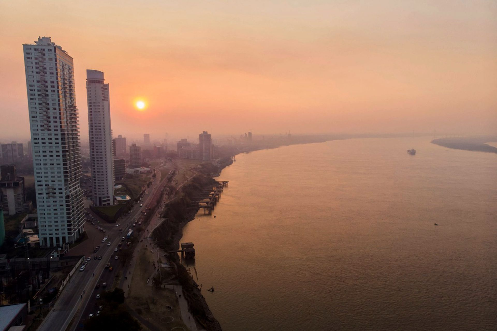 Una vista de la ciudad de Rosario cubierta por el humo