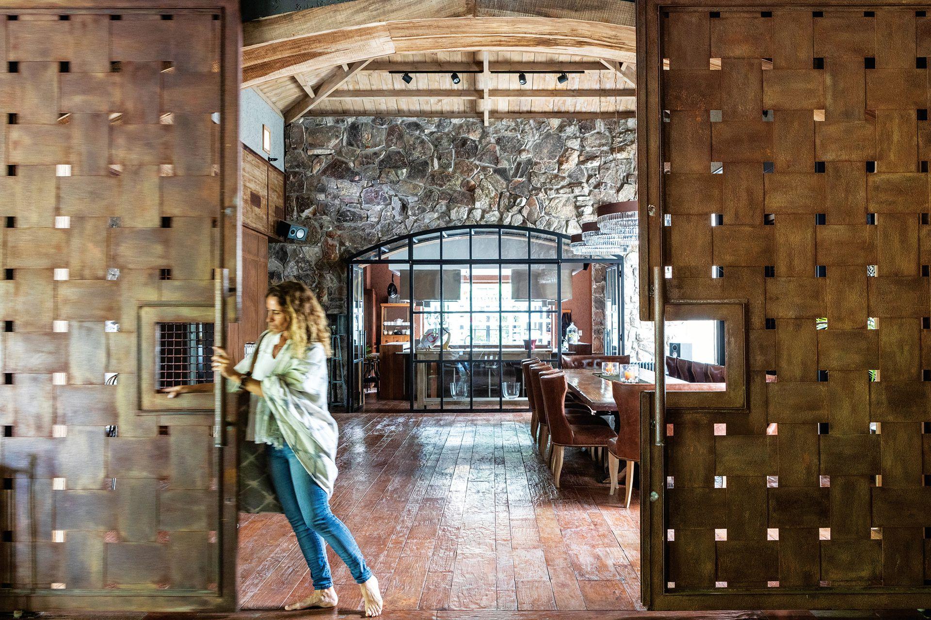 Los pisos de madera de algarrobo macizo tienen un trabajo de cepillado que les da ese aspecto de desgaste natural (Pisos Artesanales).