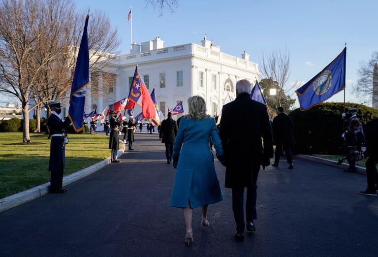 Biden y su mujer, en el ingreso a la Casa Blanca