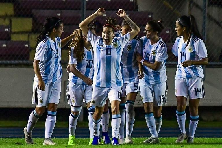 El festejo de la selección tras el empate que anotó Bonsegundo