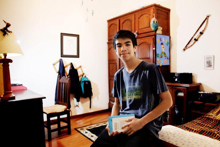 Joaquín en la habitación que lo vio crecer