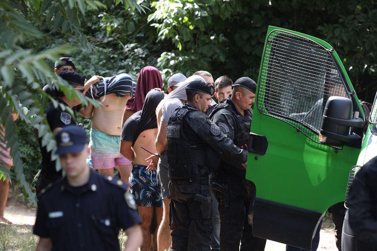 El momento en que los jóvenes detenidos por el crimen eran trasladados tras ser detenidos en Villa Gesell