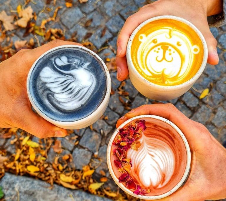 En Angela Deli Coffee, los lattes se preparan con un shot espresso de especialidad, bebidas vegetales, más cúrcuma, polvo de remolacha, o carbón activado