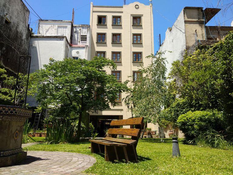 En la ciudad existen 36 residencias universitarias que aportan 1100 camas; cada año, unos 180.000 estudiantes nacionales y extranjeros  eligen Buenos Aires
