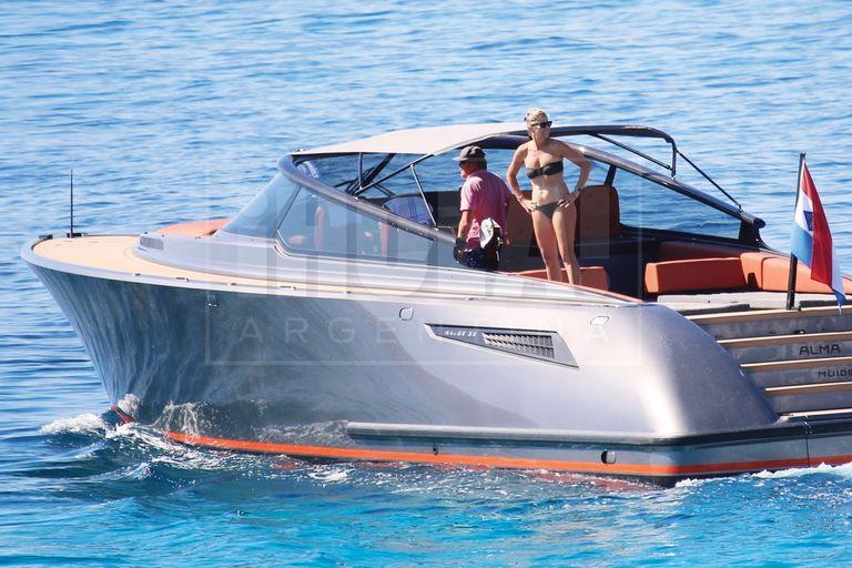 Instalados en su espectacular paraíso privado de Doroufi, 160 kilómetros al sur de Atenas, estrenan Alma, su yacht de lujo, con románticas travesías para dos