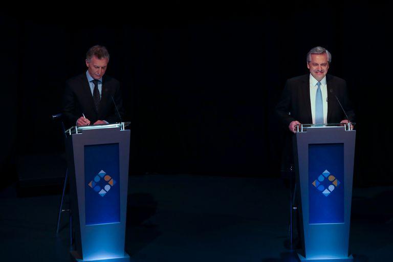 Mauricio Macri y Alberto Fernández, en el comienzo del segundo debate presidencial