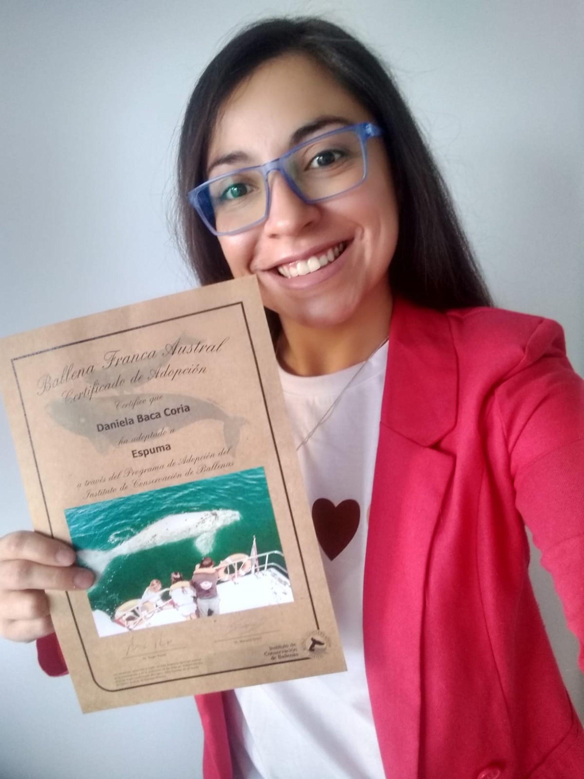 Daniela Baca Coria, una de los 1700 adoptantes de ballenas con el programa del ICB, junto con su diploma