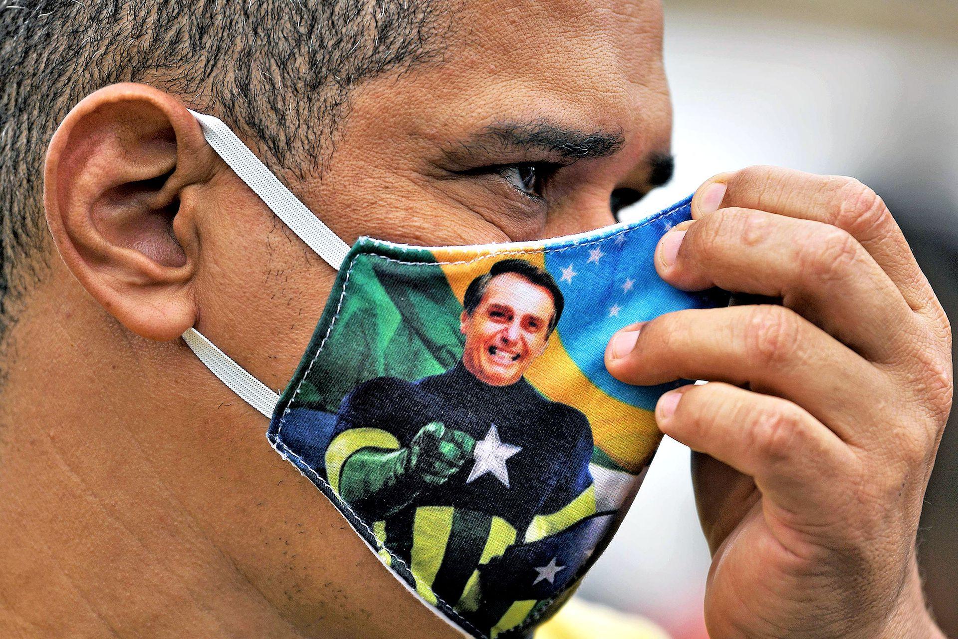Un seguidor de Jair Bolsonaro observa durante la protesta en la playa