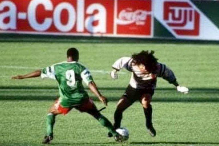 Roger Milla le roba la pelota a René Higuita en Camerún 2 vs. Colombia 1, octavo de final; el delantero escapará hacia el gol y el arquero intentará derrumbarlo desde atrás, pero no lo logrará; en ese caso habría sido expulsado, porque en Italia 90 se estrenó la norma de ocasión manifiesta de gol, m