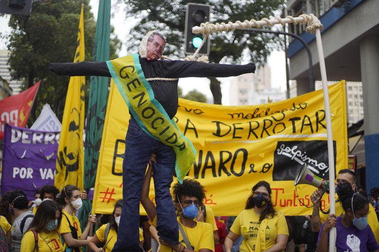 Un manifestante sostiene un muñeco que representa a Jair Bolsonaro con una banda que dice en español genocida durante la manifestación contra el presidente Jair Bolsonaro el 7 de septiembre de 2021 en Río de Janeiro, Brasil. Los brasileños han tomado las calles para conmemorar su Día de la Independencia para mostrar tanto su apoyo como su rechazo a la administración de Jair Bolsonaro.