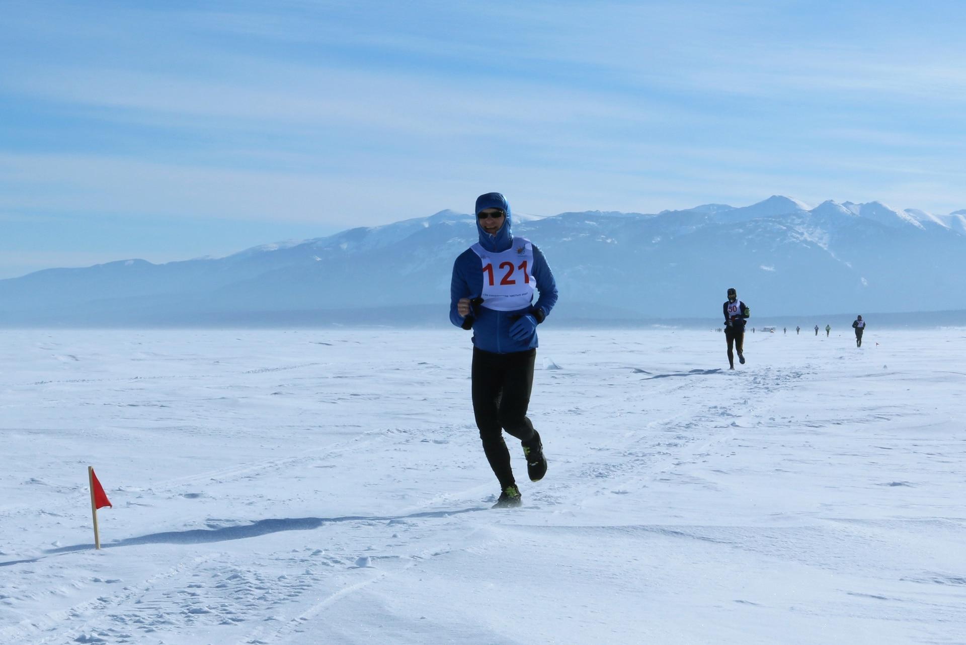 Quienes corren la Baikal Ice Marathon deben cubrir los 42 km en seis horas. Aquellos que no hayan hecho al menos 21 km en 4 horas, quedan descalificados, para evitar congelarse.