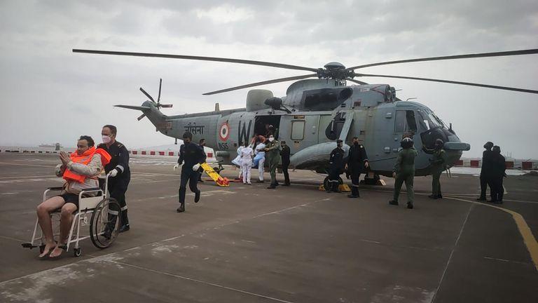 Esta imagen proporcionada por la Marina india muestra a un hombre rescatado en el Mar Arábigo tras ser evacuado para recibir atención médica en la estación aérea de la Marina INS Shikra en Mumbai, India, el martes 18 de mayo de 2021. La Marina trabajaba para rescatar a los tripulantes de un barco hundido y un carguero a la deriva el martes tras el paso del ciclón Tauktae