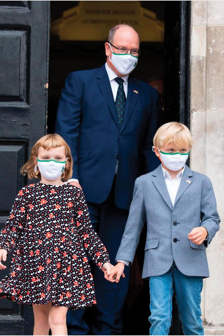 5 de septiembre. Otro compromiso que el príncipe monegasco realizó en compañía de sus hijos, los mellizos. En la foto, se los ve durante su visita a Irlanda.