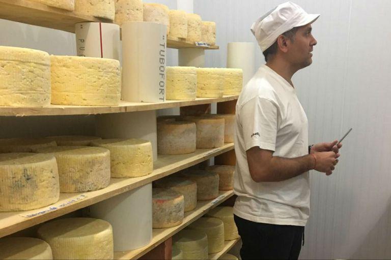 Por año, el cocinero produce 10 mil kilos de queso