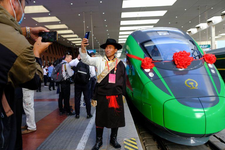 Partida del tren que hace el recorrido Lhasa-Nyingchi