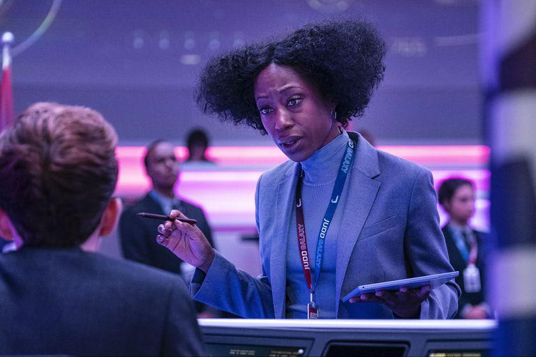 """Niki Amura Bird, con un afro """"inspirado en Pantera Negra"""", es Ray, la directora del control de la misión espacial, atrapada en la Tierra y a cargo del rescate"""