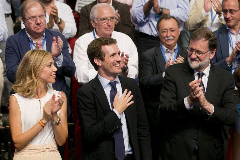 Casado es aplaudido luego de asumir la presidencia del PP, en Madrid