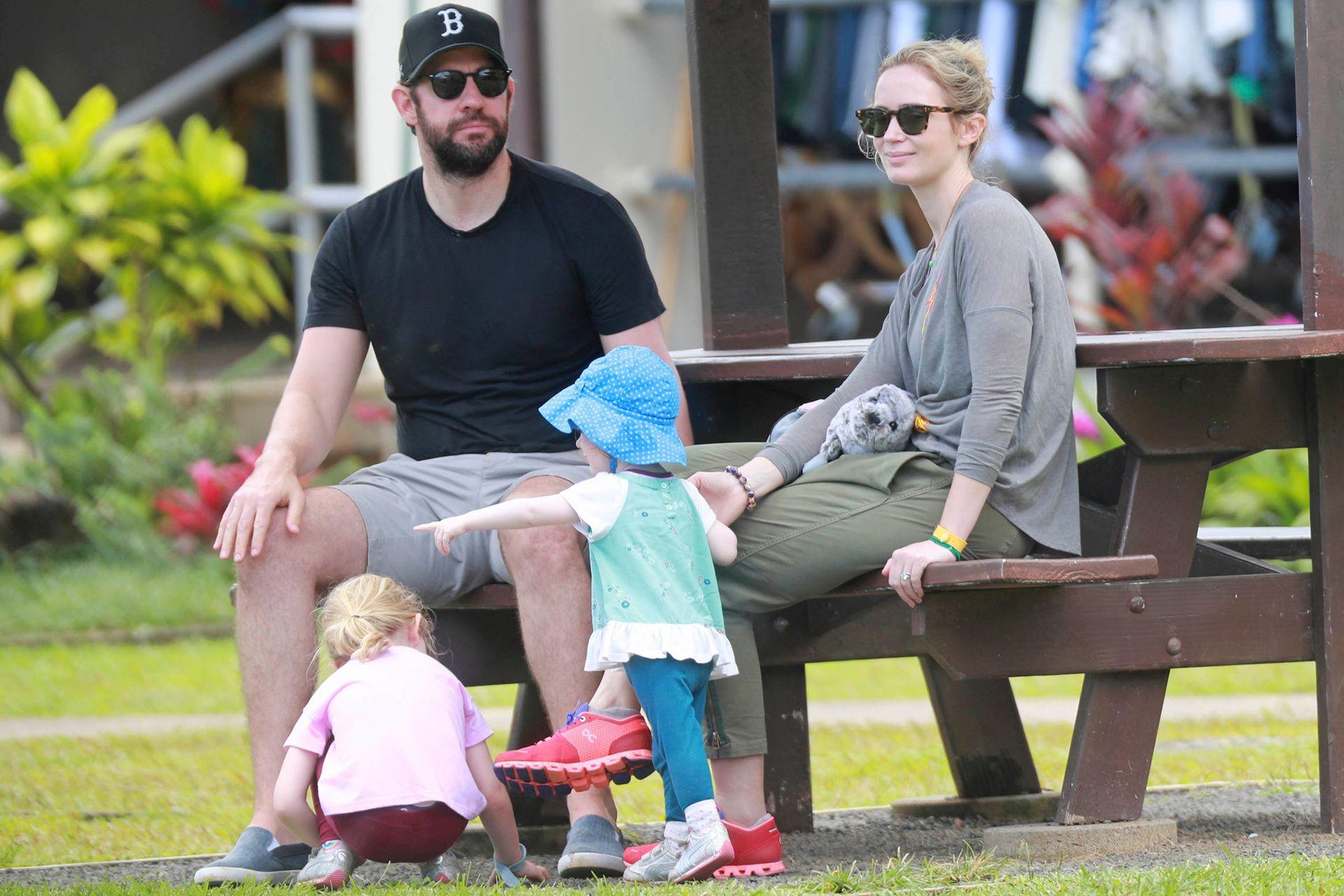 Jonh Krasinski y Emily Blunt, el año pasado relajados con sus hijas en Hawai