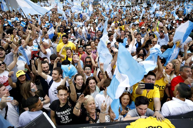 Miles de personas fueron a la Plaza de Mayo para apoyar a Macri