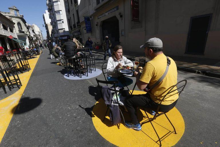 Los bares y restaurantes con servicio en la calle en el barrio de San Telmo. Los círculos demarcan dónde debe colocarse la mesa