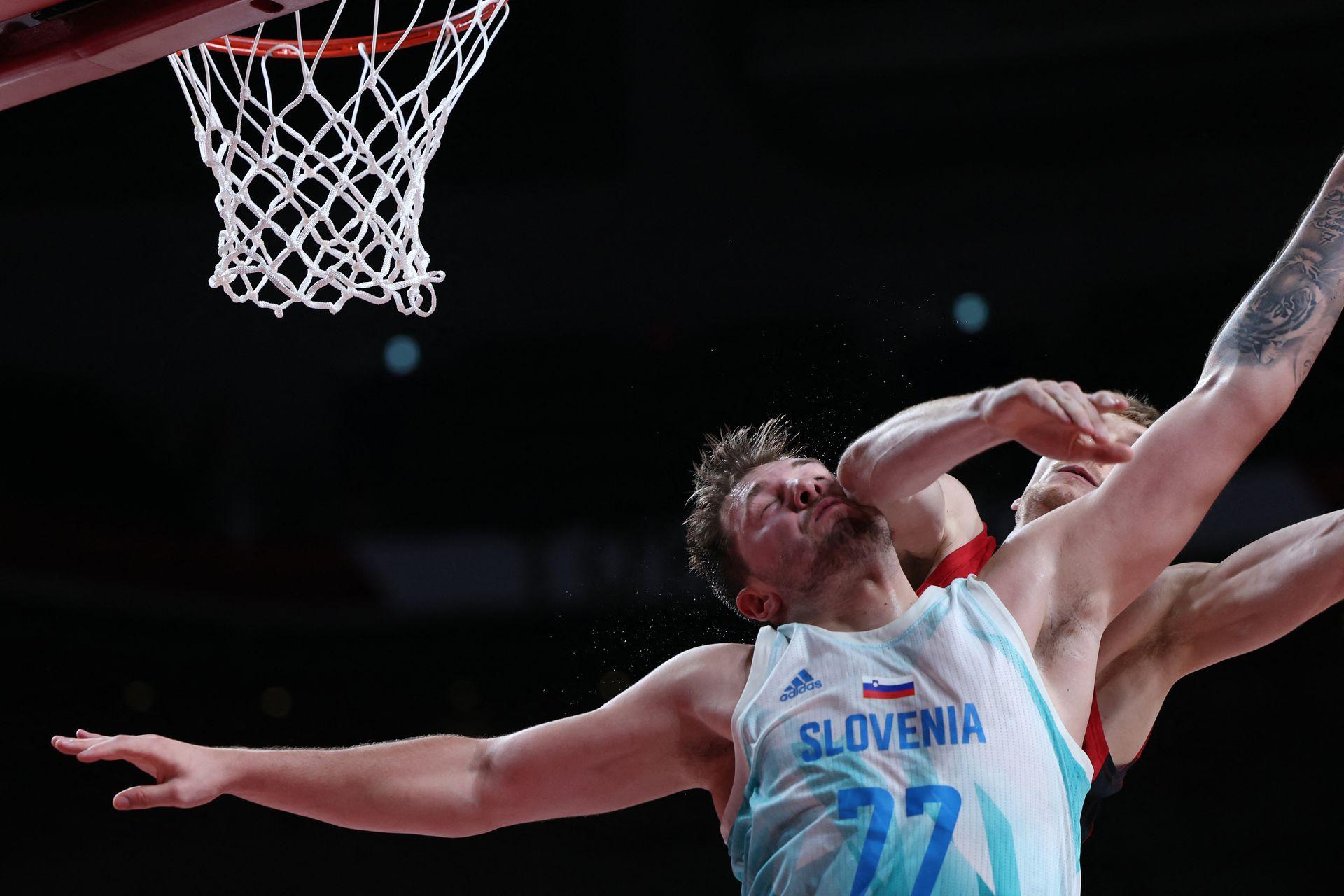 El esloveno Luka Doncic salta para el rebote en el partido de baloncesto masculino de cuartos de final entre Eslovenia y Alemania.