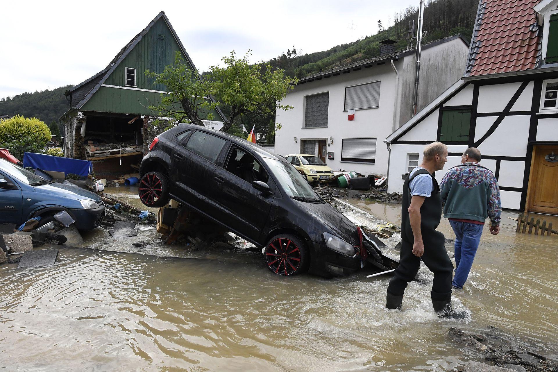 Los residentes evalúan los daños causados por la fuerza del agua