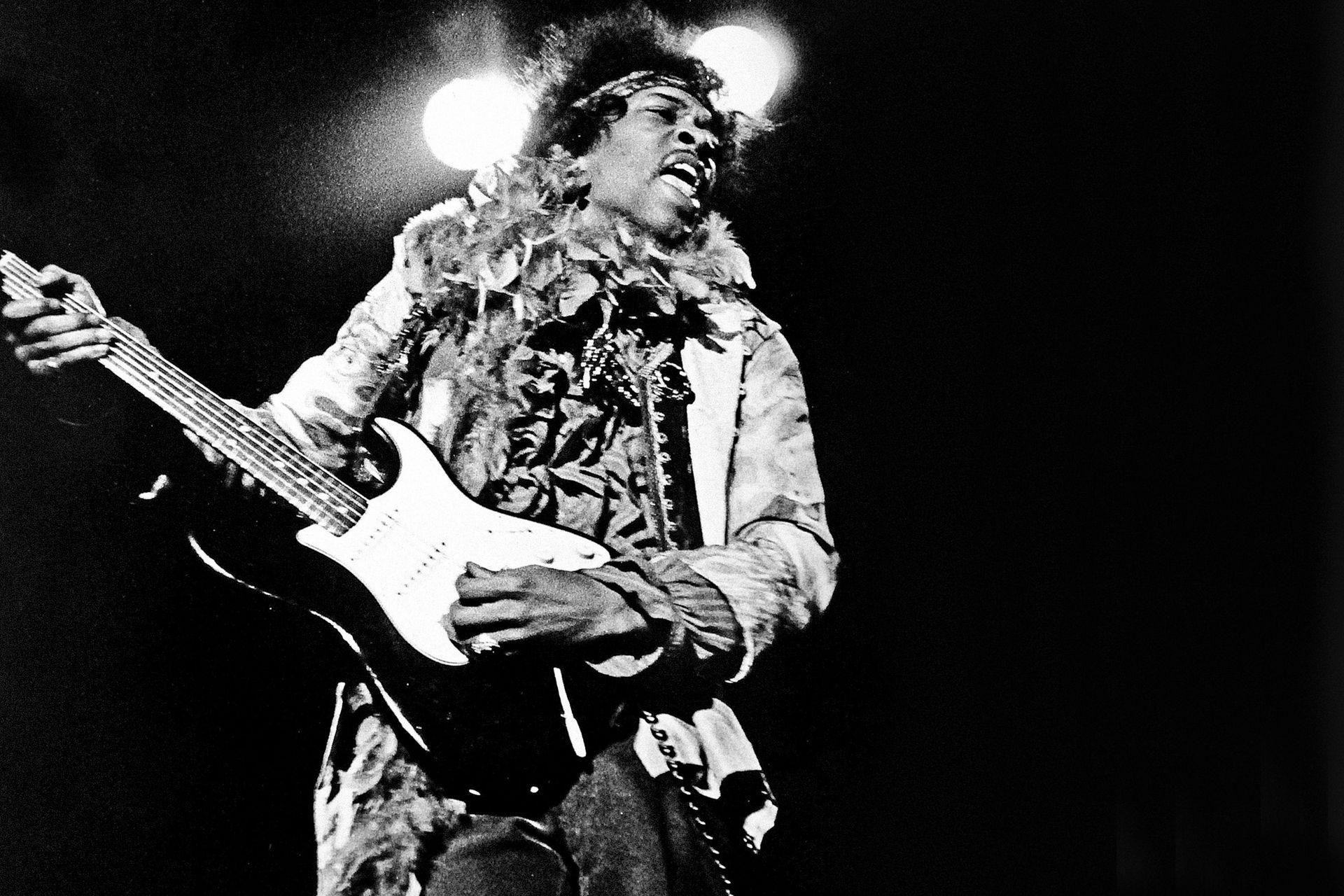 Jimi Hendrix Experience/Gira mundial/1967: El debut de Jimi Hendrix en 1967, Are You Experienced, estableció su genio. Hendrix era una obra maestra. Su dominio del espectáculo se remontaba a su época de acompañante de Little Richard; vestido con ropa radiante y psicodélica, golpeaba el cuello de la