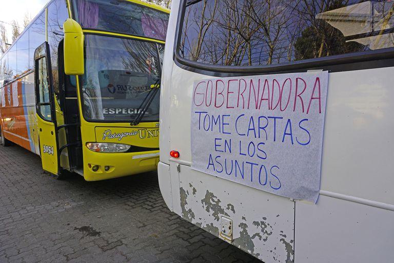 Los transportistas que bloquean los accesos a las represas de Santa Cruz se trasladaron a Río Gallegos y cortaron la calle frente a la casa de gobierno