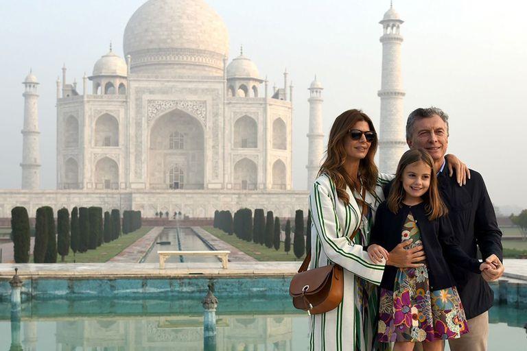 Macri, con Awada y su hija Antonia, en el Taj Mahal