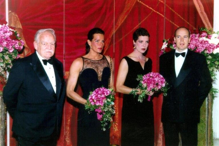 Estefanía y Carolina, secundadas por el príncipe Rainiero y Alberto, su hermano, en 1997