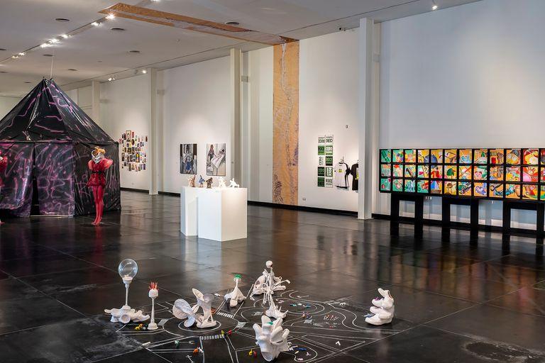 En el espacio destinado a muestras temporarias, se exhiben obras de la Bienal Neuquén Contemporáneo