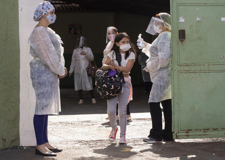 Estudiantes salen de una escuela pública en Serrana, Brasil