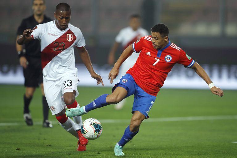 Alexis Sanchez disputa la pelota ante el peruano Pedro Aquino; el clásico del Pacífico quedó para el conjunto de Ricardo Gareca