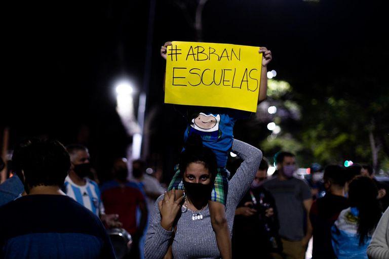 Durante la noche de este martes, decenas de padres, madres, alumnos y docentes protestaron por el cierre de escuelas frente a la Quinta Presidencial de Olivos. Foto: TOMÁS CUESTA - LA NACIÓN