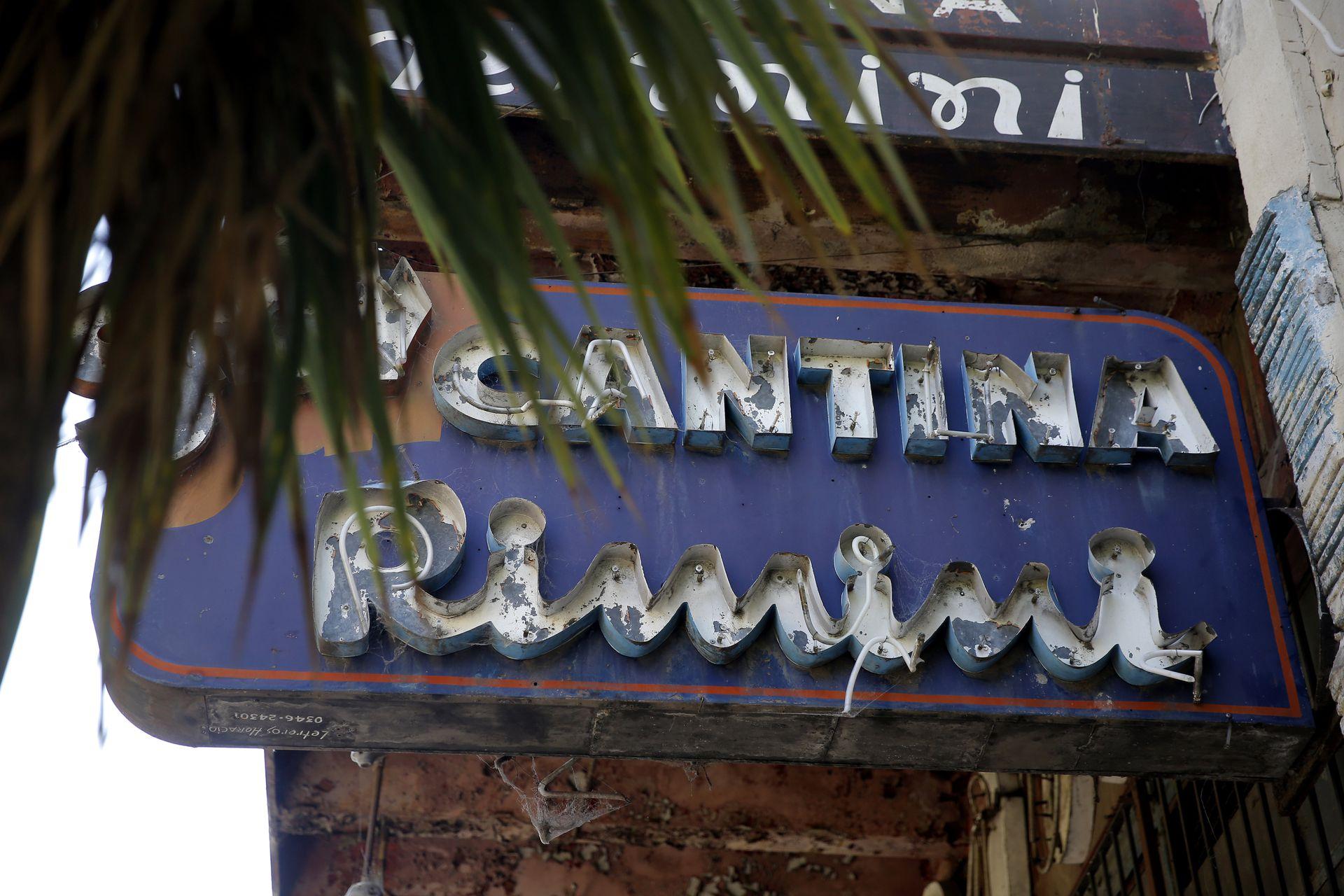 El vetusto letrero de una de las cantinas más populares de La Boca sobrevive entre sus óxidos