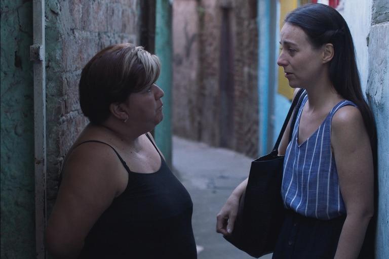 Mecha Martínez, militante social, junto a la actriz y directora Elisa Carricajo en una escena de Un crimen común, estreno de este jueves