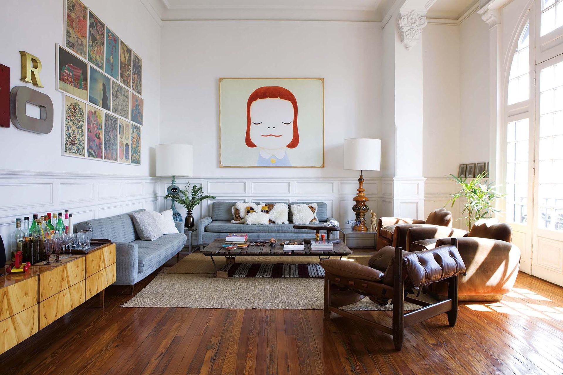 Con marcos idénticos y colgados juntos, los cuadros de diferentes artistas emergentes compradas en un museo de Brooklyn forman una gran obra.