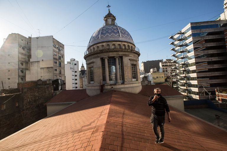 La iglesia está ubicada en Avenida Belgrano 1151