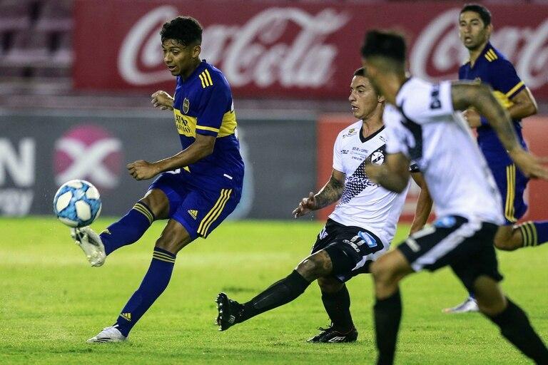 Cristian Medina, uno de los juveniles de Boca que eligió Russo para el debut por la Copa Argentina; ninguno de los chicos rindió.