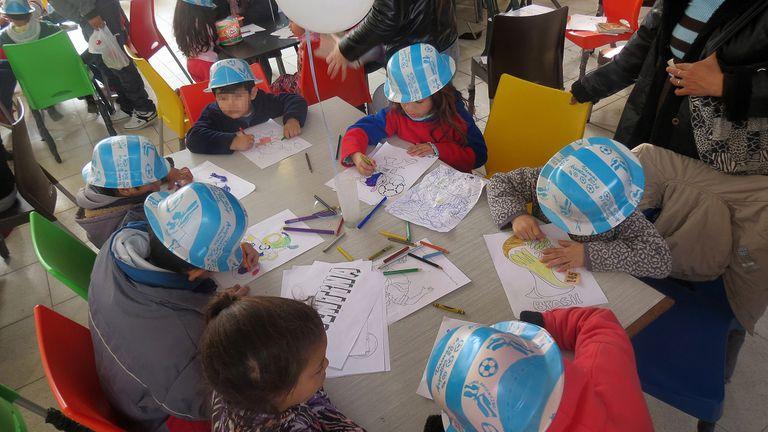 Con juegos y entretenimientos acompañan a los niños a llevar adelante sus tratamientos