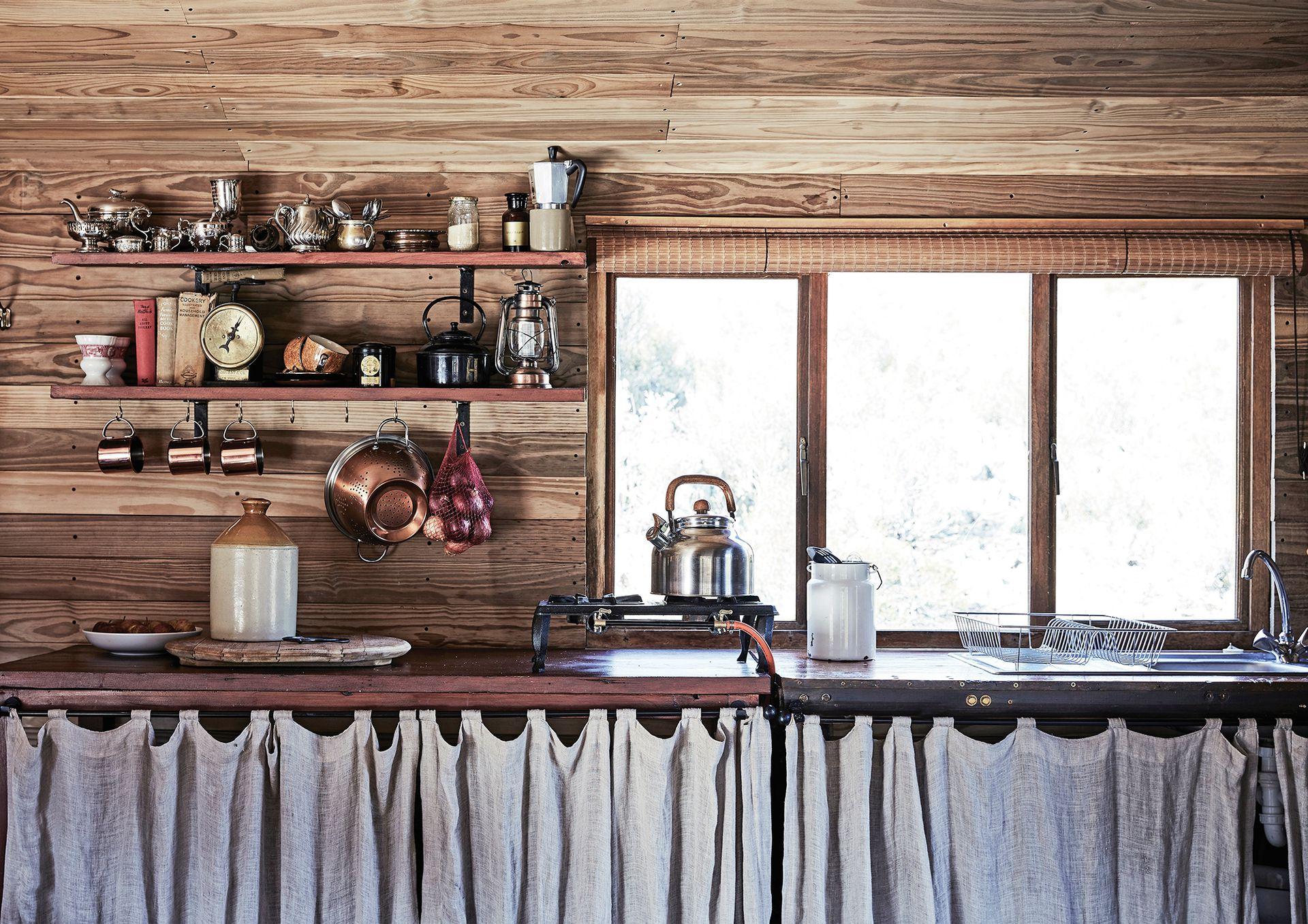 """La cocina tiene un cálido aspecto de granja donde se destacan vajilla y utensilios de cobre (parte de la colección de la dueña de casa). """"Los invitados suelen prestar atención a los detalles""""."""