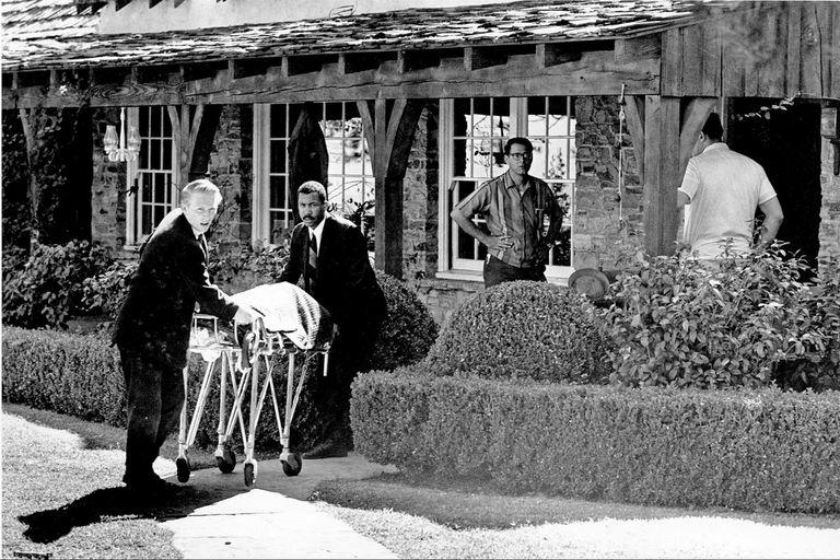 Momento en que retiran el cuerpo de Sharon Tate en 1969