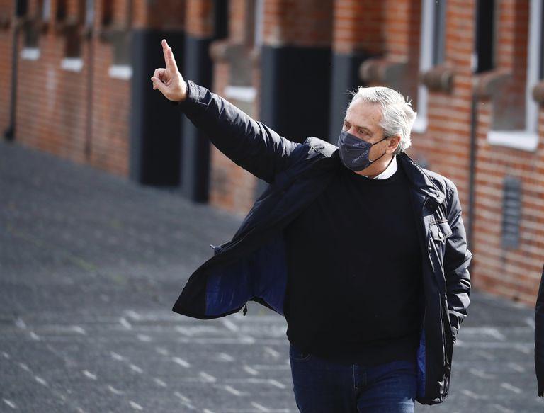 """El presidente de Argentina, Alberto Fernández, hace la señal de """"victoria"""" después de emitir su voto para las elecciones primarias, en Buenos Aires, Argentina, el domingo 12 de septiembre de 2021. (Foto AP/Marcos Brindicci)."""