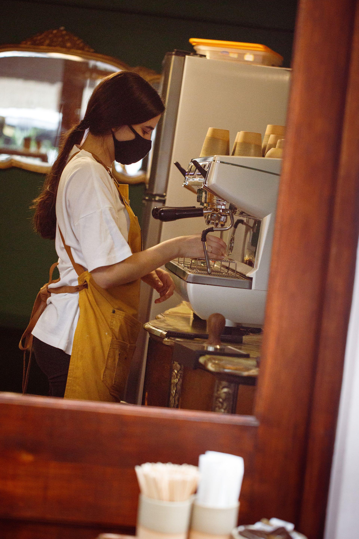 """Desde abril, en Arredondo se abrió una """"ventanita"""" que despacha café de especialidad de 9 a 23.30."""