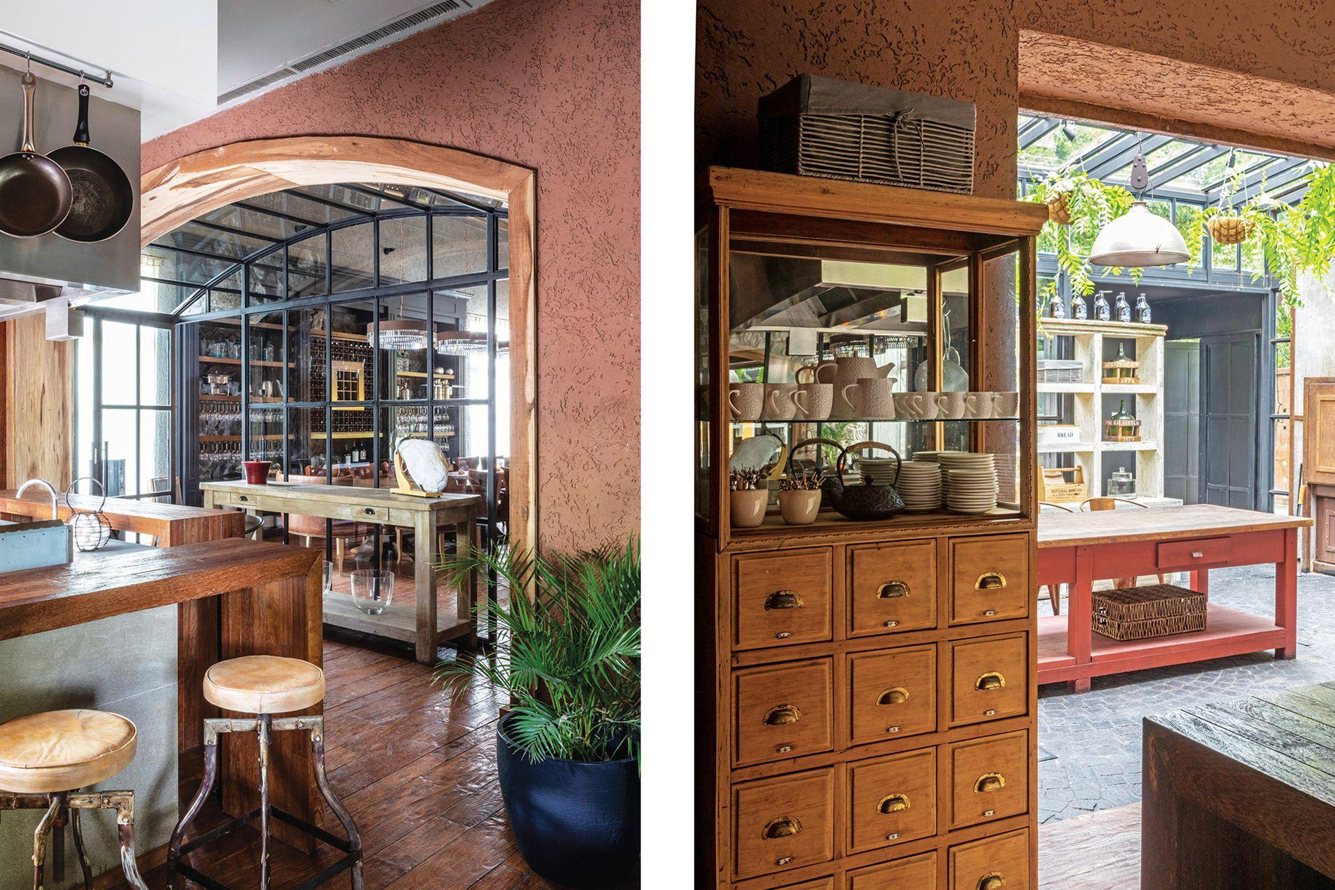 Mueble de almacén con cajones (Antigüedades González).Huevera de alambre (Euge Cozzani Diseños). Maceta con una palmera areca (Enraizar). Banquetas (Orlando Deco).