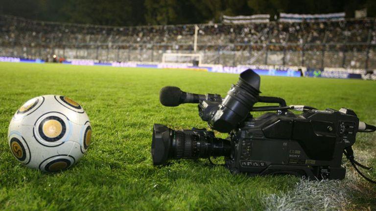 Los partidos del fútbol de primera tienen nuevos dueños: Fox y Turner. Y también Torneos, que hará la producción integral. Cablevisión, DirecTV y Telecentro pondrán los encuentros en sus grillas de programación