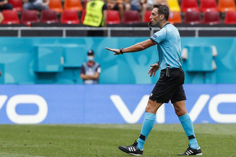 El árbitro argentino Fernando Rapallini hace un gesto durante el partido de fútbol del Grupo C de la UEFA EURO 2020 entre Ucrania y Macedonia del Norte en el National Arena de Bucarest el 17 de junio de 2021 (Foto de Robert Ghement / POOL / AFP).